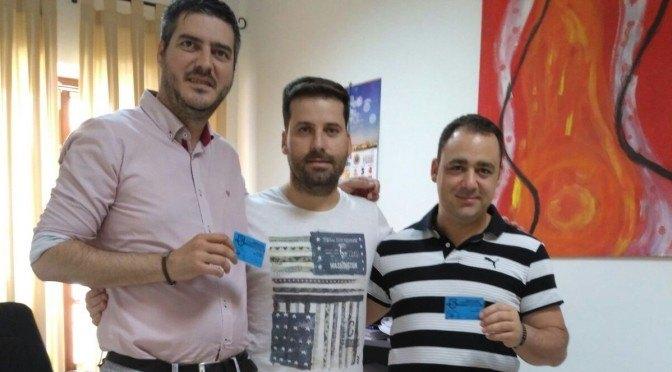 Alcalde y delegado de Deportes renuevan sus carnet de socios del C.D. Fuentes para la temporada 2016/17