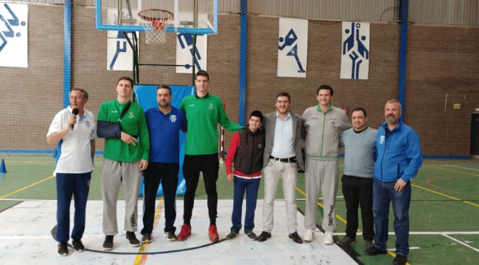 Los jugadores del Real Betis Energía Plus visitan Fuentes de Andalucía