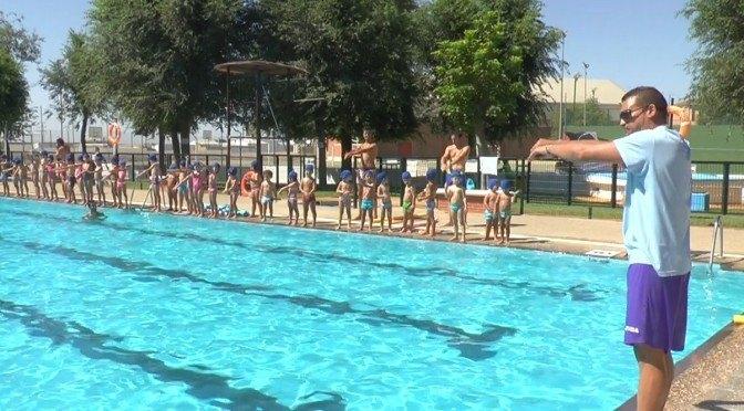 Más de 200 alumnos disfrutan aprendiendo a nadar en las actividades acuáticas matinales